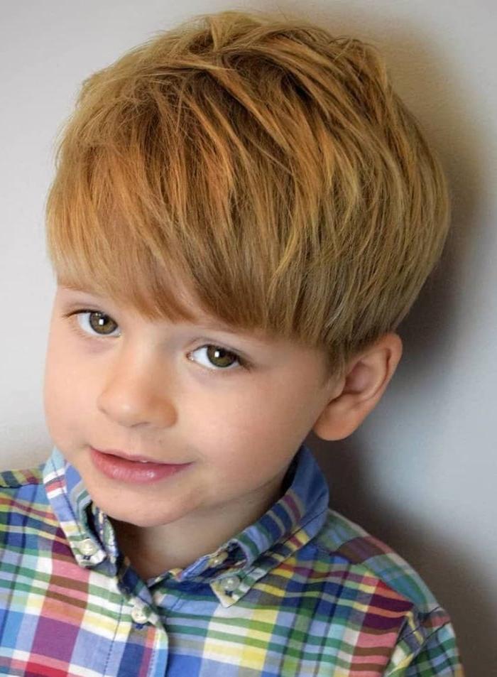frisuren für jungs, ein junge mit sehr tolle haarfarbe natürlich, mittellange haare