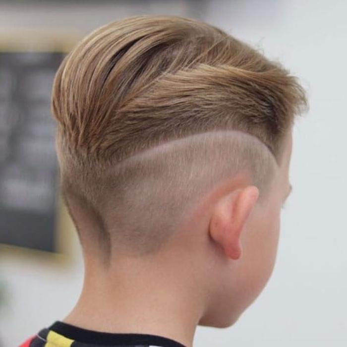 kurzhaarfrisuren männer und jungen, blondes haar, kreative frisur idee, foto von hinten