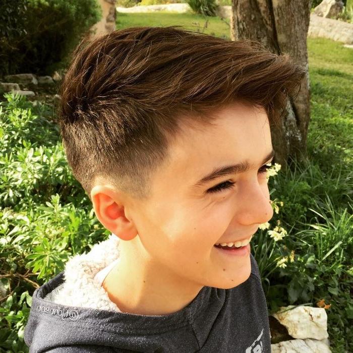 kurzhaarfrisuren männer und jungs, ein nettes lächelndes teenager im garten oder park