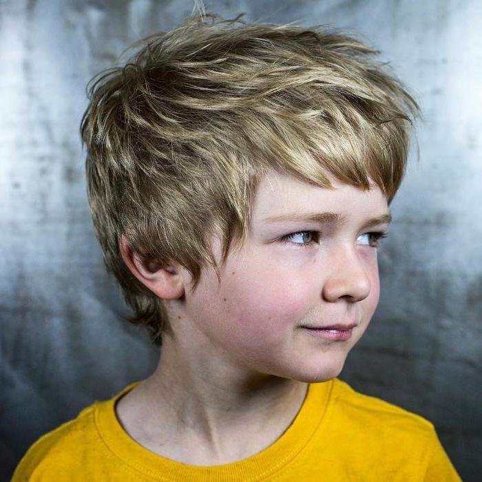 kurzhaarfrisuren männer blondes haar, haartrends, inspo von ed sheeran, gelbe bluse, jungs haare