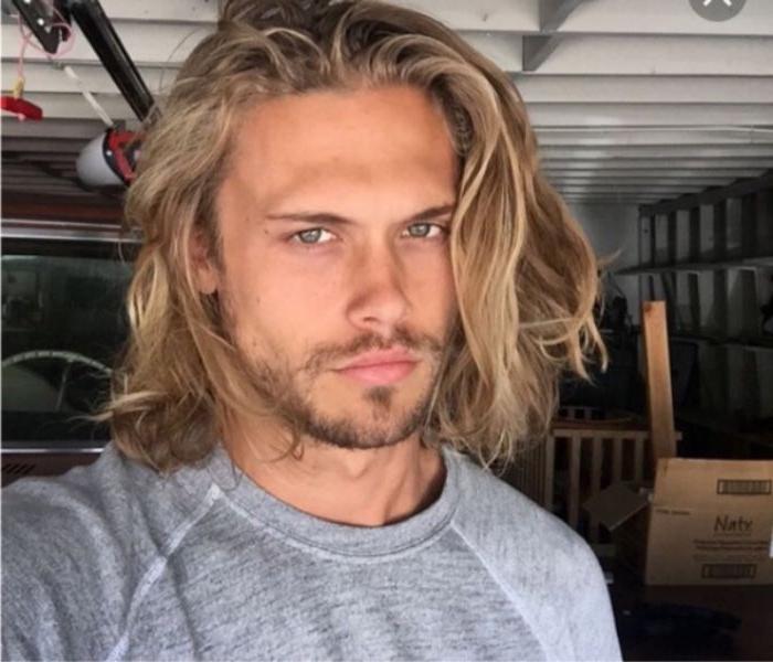 mittellange frisuren für blonde männer, locken in den haaren, bart style idee