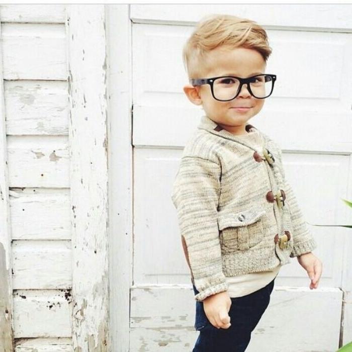 kurzhaarfrisuren männer und ihre kinder, ein junge mit niedlichem look, outfit idee, brille, haare style