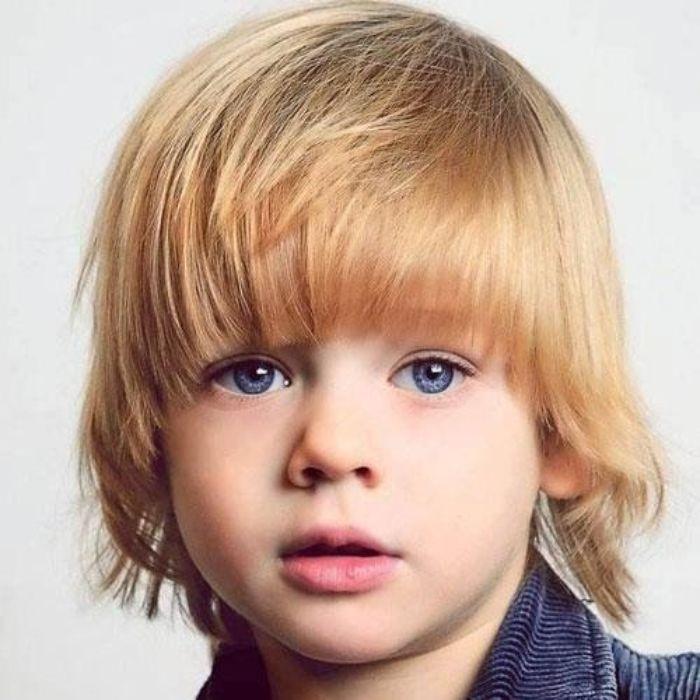 jungen haarschnitt lustige gestaltung, blonder junge mit blauen augen, niedliches kind