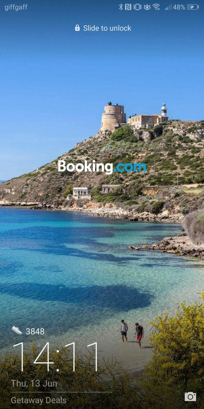 die Werbung von booking.com auf dem Sperrbildschirm von Huawei, ein Strand