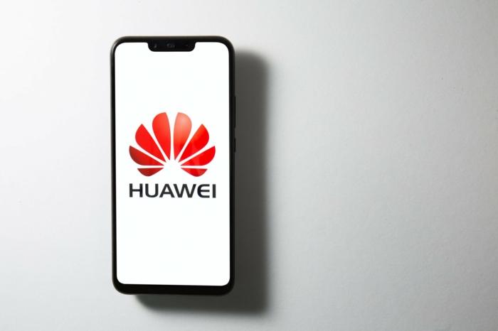 Huawei Smartphone mit dem Logo vom Unternehmen, Sperrbildschirm mit dem Logo