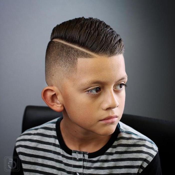 jungen haarschnitt mit scheitel seitlich gemacht, schwarze haare stylen