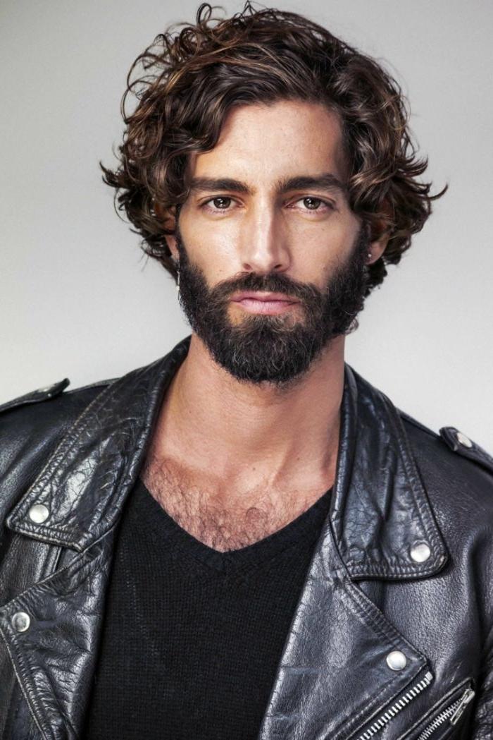 mittellange frisuren schwarze haare, bad boy style, schwarze lederjacke und bluse