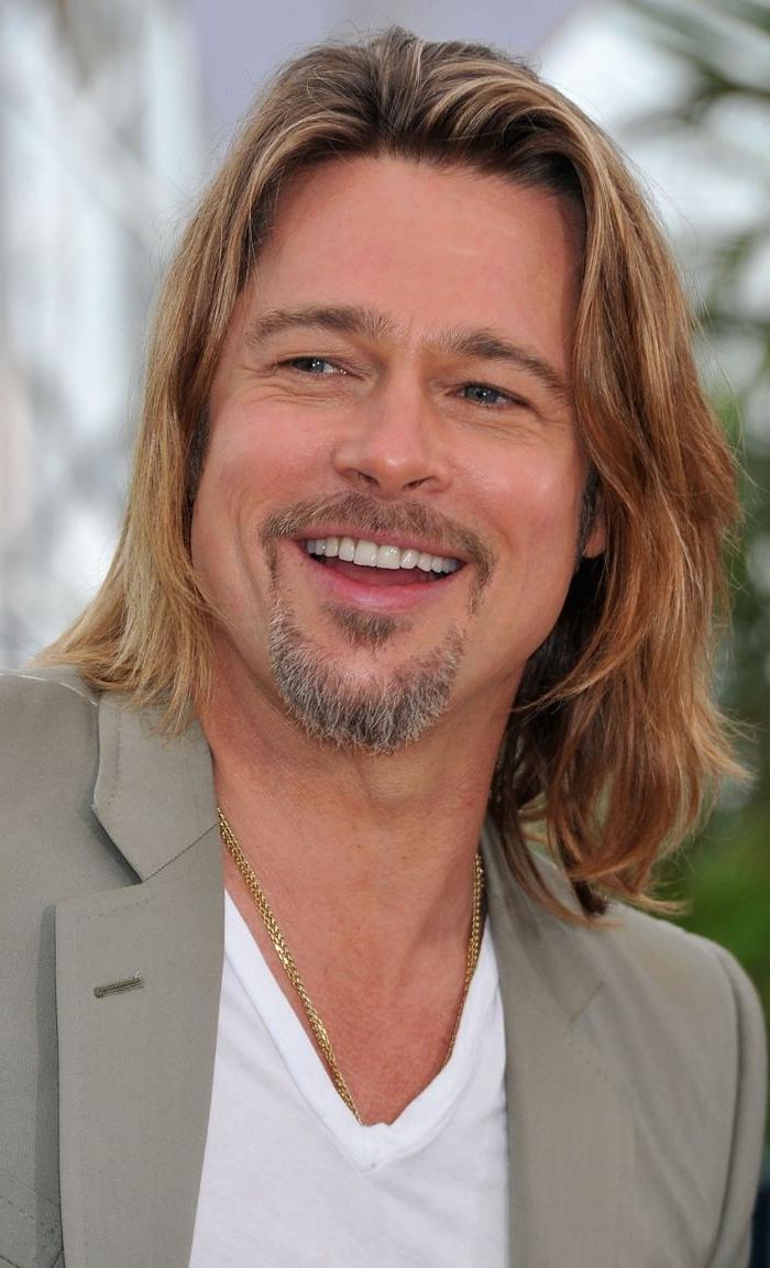 mittellange frisuren brad pitt, blonde haare, charming lächeln, bart, sakko, weiße bluse