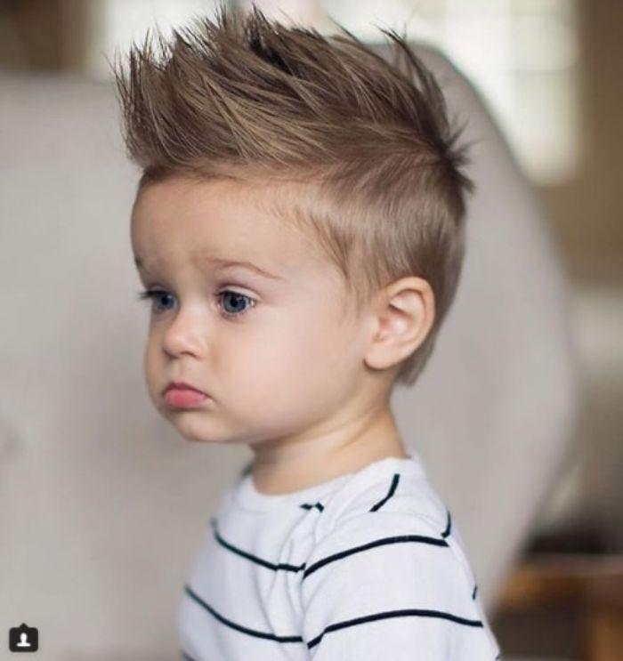coole frisuren, haare nach oben stylen blonde frisur ideen für kleine jungen, niedliches kind foto