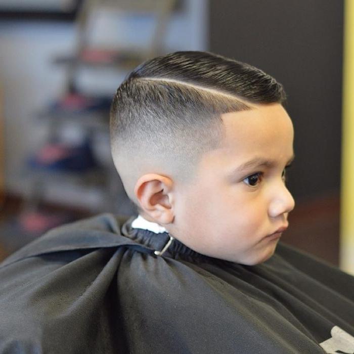 coole frisuren, haarstyle ideen scheitel seitlich machen, frisörbesuch fotografieren