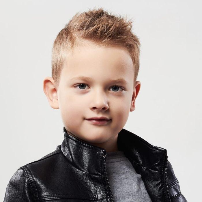 coole frisuren und style ideen für jungs, schwarze lederjacke, blonde haare nach oben gestylt