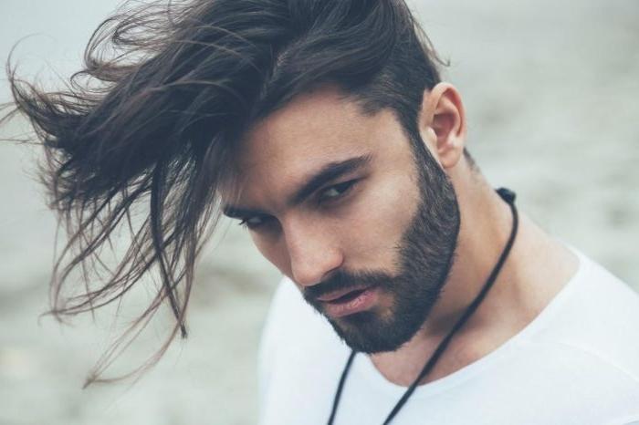 haarschnitt männer, mittellanges haar, schwarz, mann mit einem dichten bart und mustache dazu