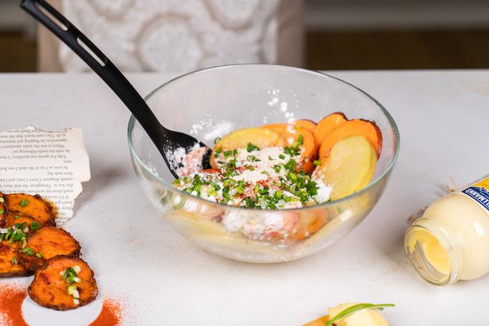 Kartoffelscheiben mit Maisstärke, Pfeffer und Frühlingszwiebel vermischen, Chips selber machen