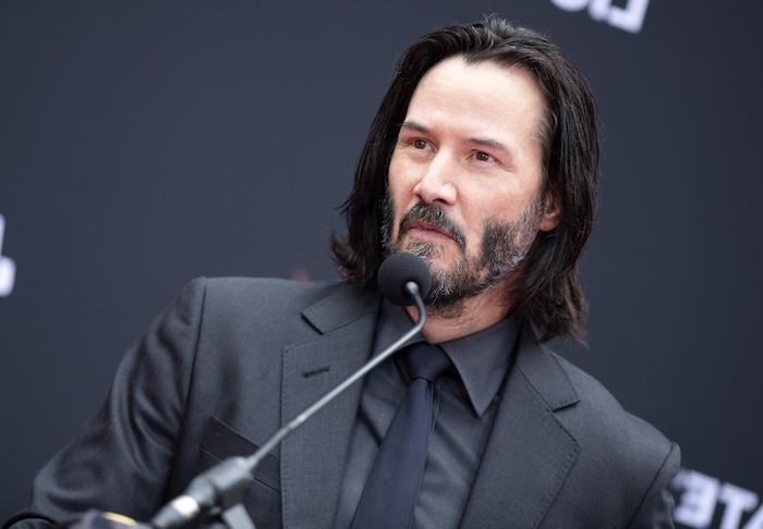 Der Hollywood-Star Keanu Reeves wird Videospiel-Held, Keanu Reeves bei der E3-Show von Microsoft in schwarzem Anzug