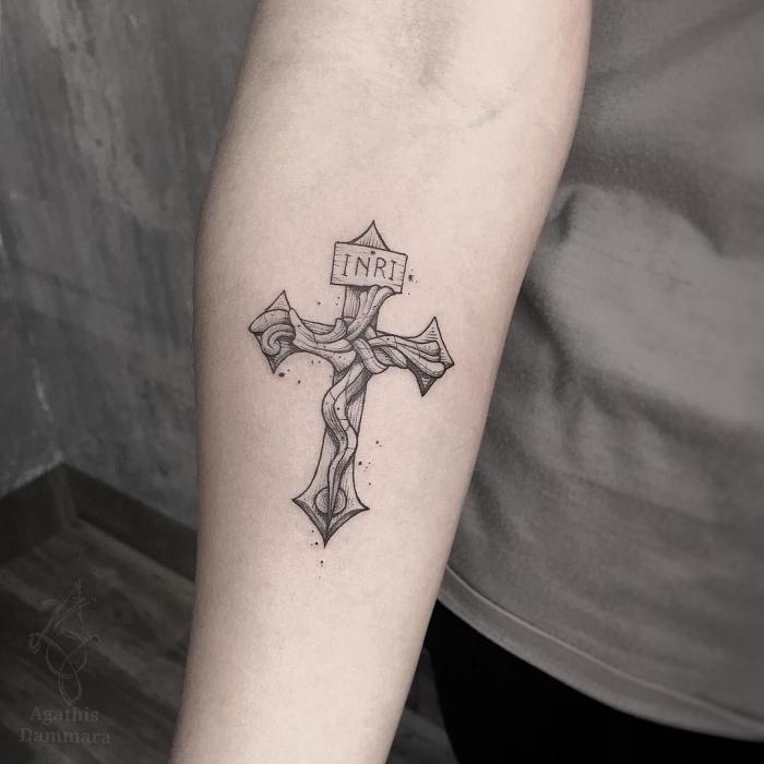 schwarz graue tätoiwerung am unterarm, kleine tattoo motive ideen, religiäse tätowierung