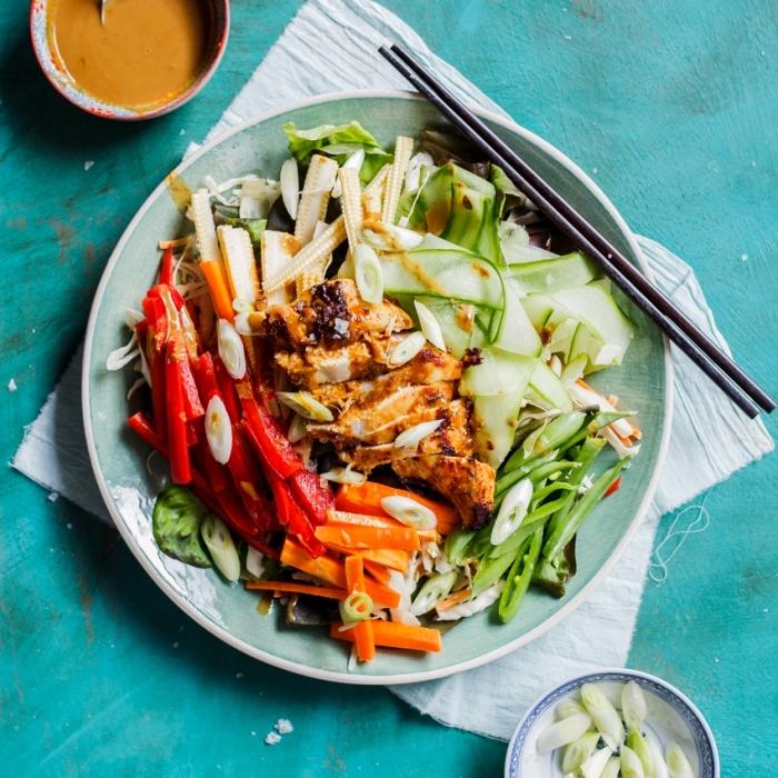 hühnerbrust mit salat aus rotem paprika, zucchini, zwieble und karotten, kochen ohne kohlenhydrate