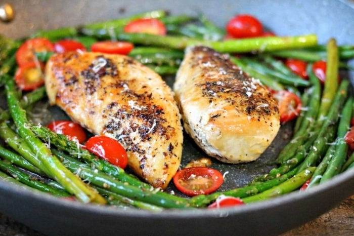 kochen ohne kohlenhydrate, low carb diät rezepte, gegrillte hühnerbrust mit salat aus cherry tomaten und spargeln