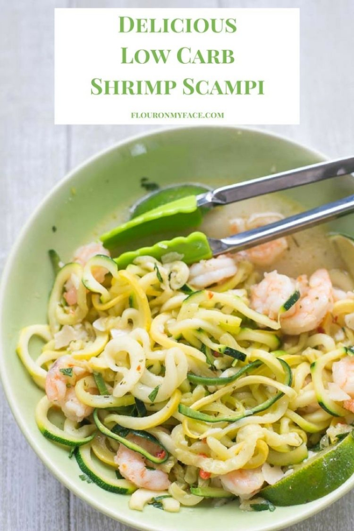 low carb diät rezepte, kochen ohne kohlenhydrate, salat mit zucchini und garnelen