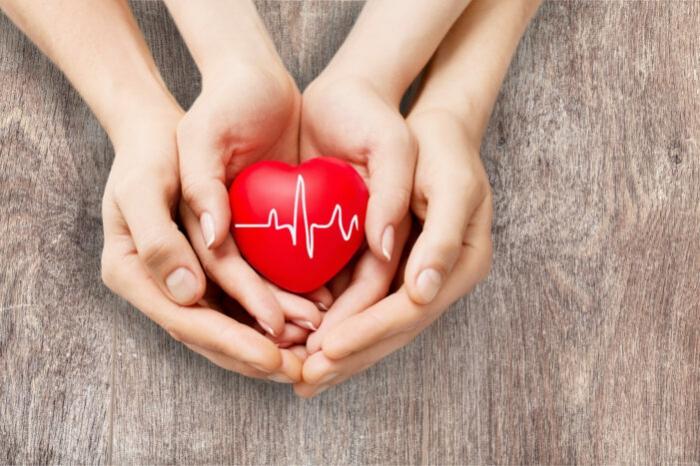 krankenversicherung in der schweiz, wichtige infos, schweizer gesundheitssystem, hände, herz, herzschlag