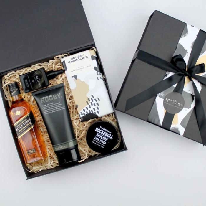 kreatives geschenk für freund, geschenke für männer, box mit wisky und kosmetischen produkten, gesichtspeeling