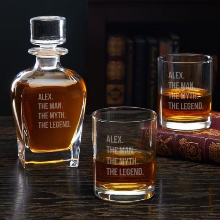 kreatives geschenk für freund, glasflasche mit wisky, alkoholset mit gravur, gravierte gläser