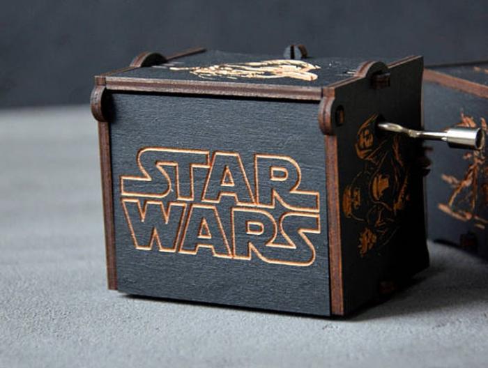 kreatives geschenk für freund, holzbox mit gravur, star wars, originelle geschenkideen für männer