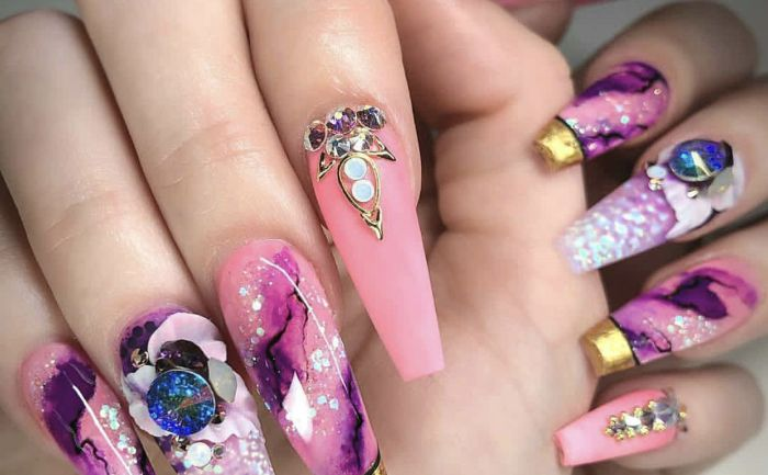 nägel spitz, lange nägel in rosa lila, blau, deko auf den nägeln ideen glitter