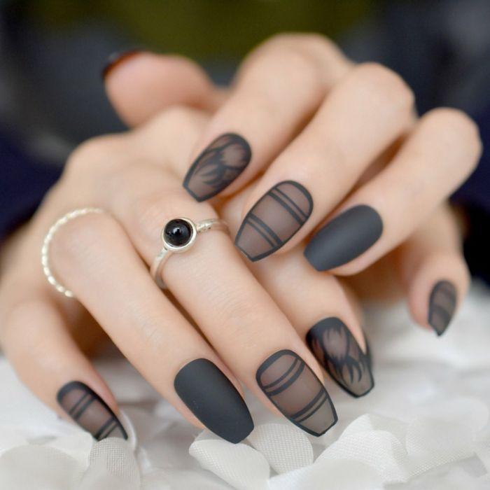 nägel spitz, mittellange schwarze finger, nageldesign idee, schwarze mattfarbe mit transparenten motiven