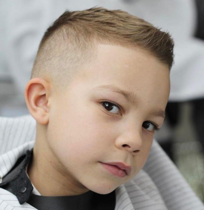 jungs frisuren 2019 ein foto beim friseur, kurze haare undercut
