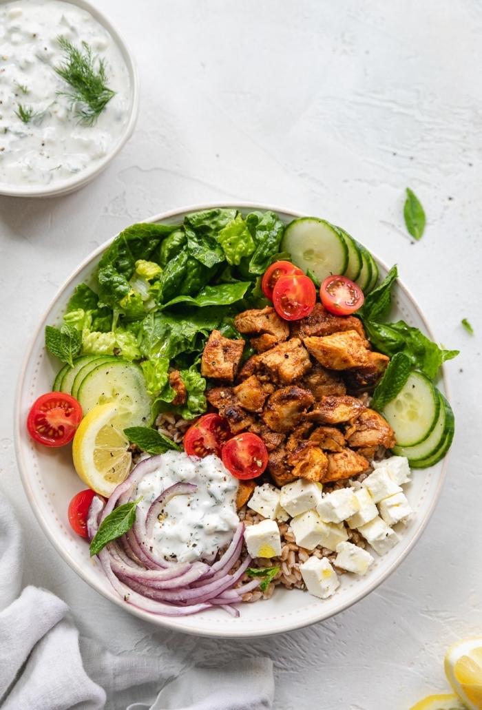 leichte sommergerichte, salat aus gurken, cherry tomaten, ziegenkäse und tofu, zweibel