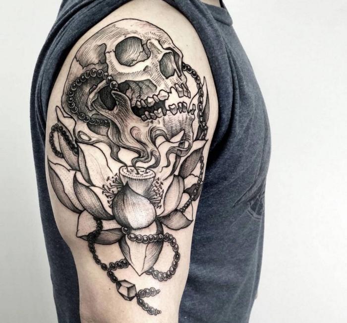 lotus tattoo ideen, mann mit großer blackwork tätowierung am oberarm, schädel, totenkopf