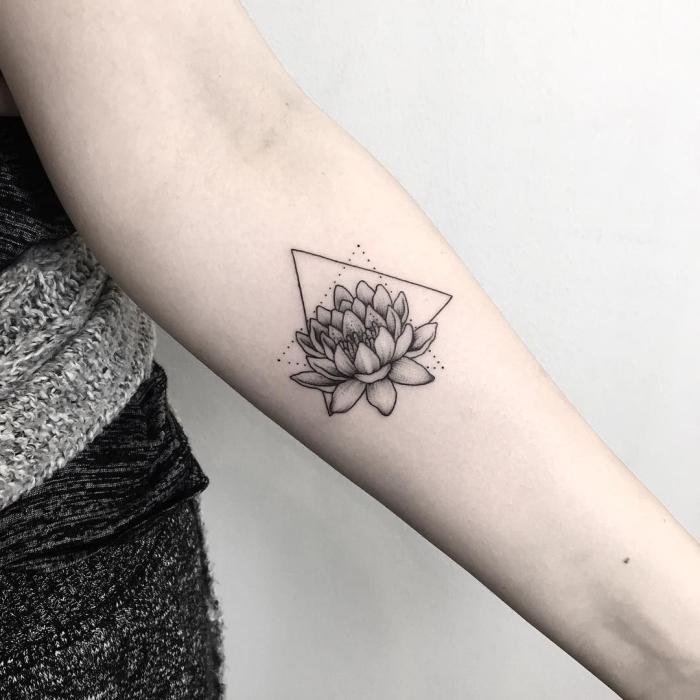 lotusblüte bedeutung, geometrische elemente, lotusblume in schwarz und grau, dreiecke