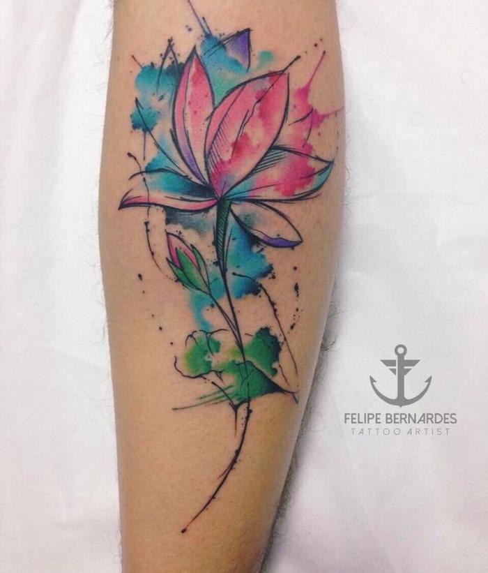 lotusblüte bedeutung tattoo, wasserfarben tätowierung am bein, farbiges tattoo mit blumen motiv