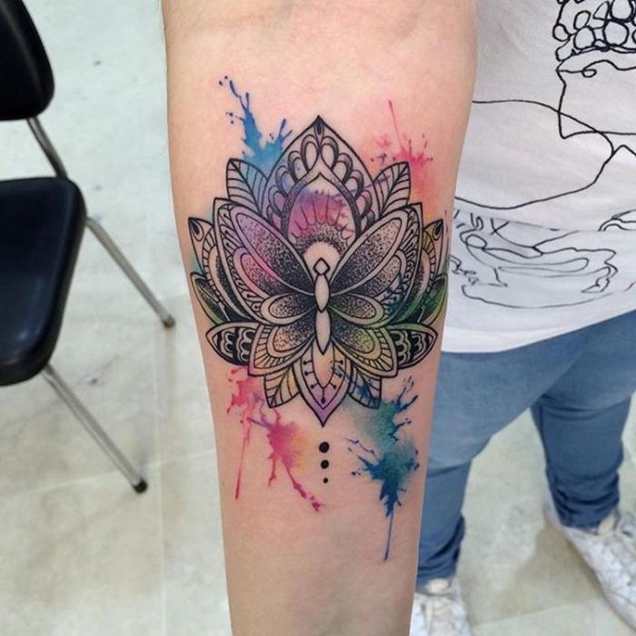lotusblüte bedeutung tattoo, wasserfabren tätowierung am unterarm, lotus mit schmetterling