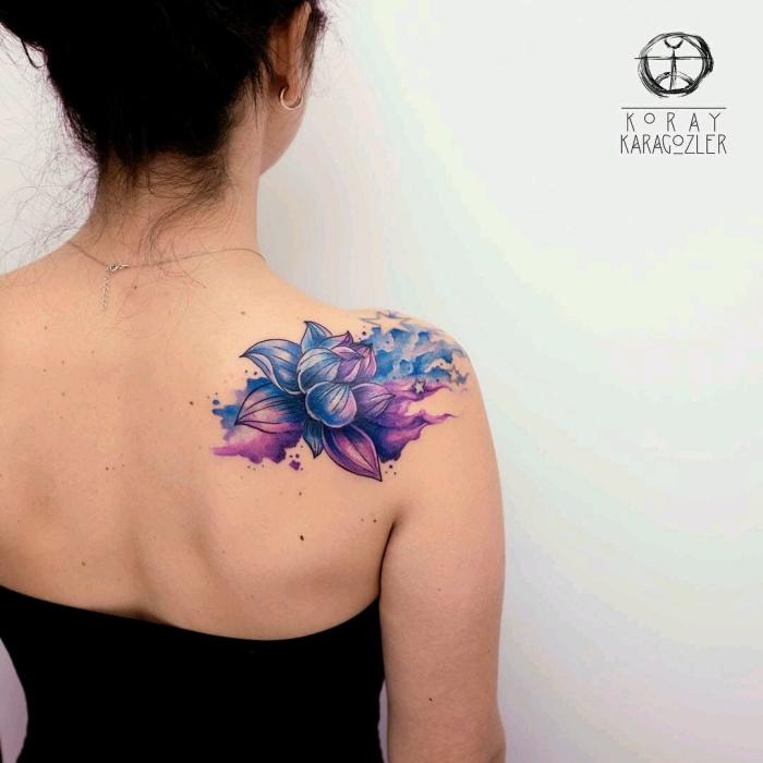 lotus in lila und blau, lotusblüte bedeutung, wasserfarben tattoos für frauen, farbige tätowierung am schulter