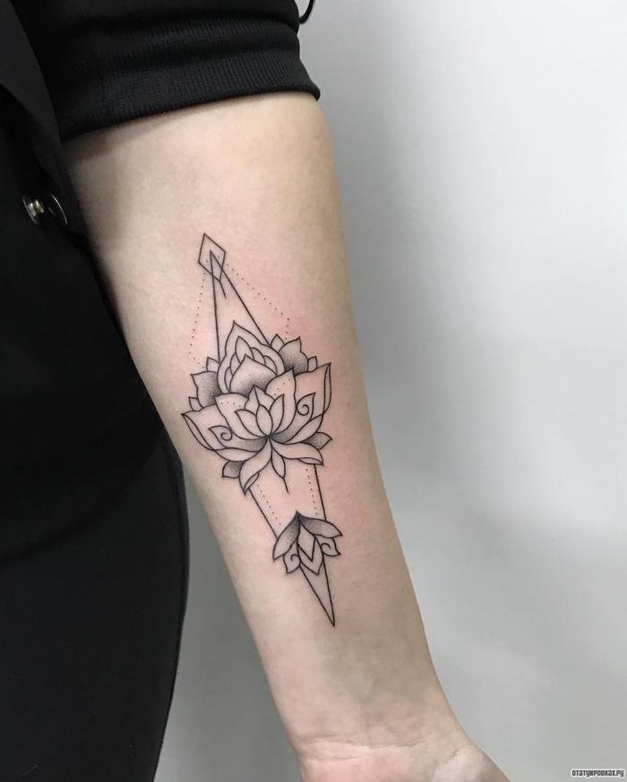 tattoos für frauen, lotus mit geometrischen motiven, lotusblüte bedeutung und beliebte designs