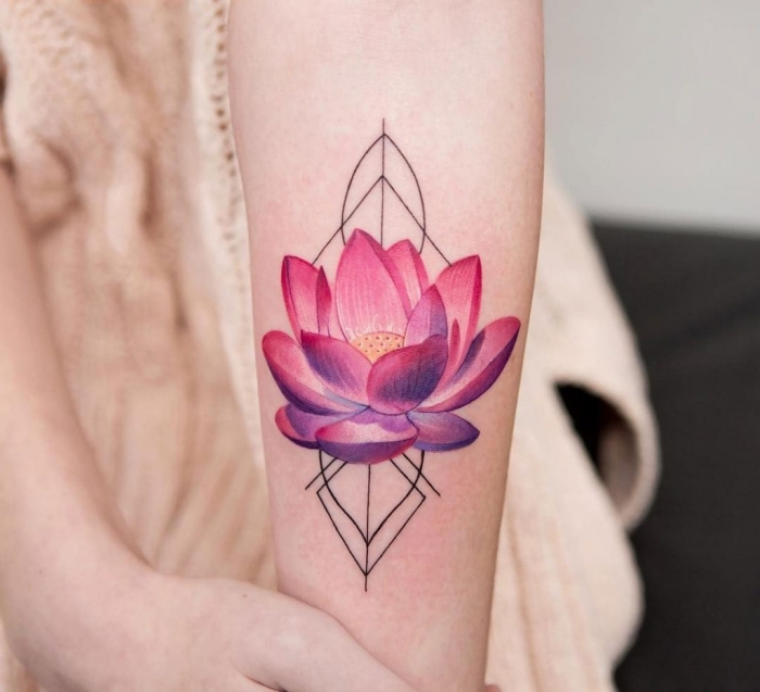 farbiges lotusblume tattoo am unterarm, rosa lotus in kombination mit geometrischen motiven, buddhistisches symbol