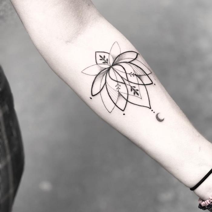 lotusblume tattoo am unterarm, blackwork tätowierung am unterarm, kleiner halbmond, lotusblüte