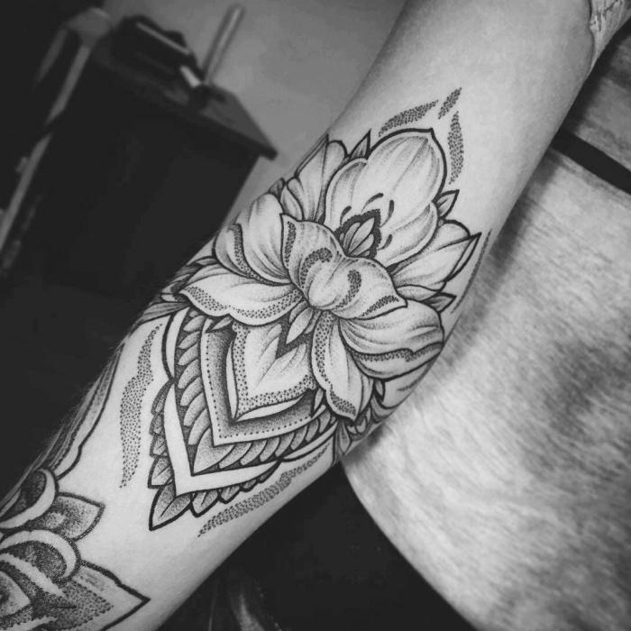 mandala motive, lotusblüte am arm, lotusblume tattoo bedeutung, tätowierung am unteraem