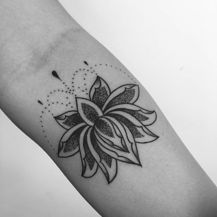 tätowierung in schwarz und grau, lotusblume tattoo bedeutung und populäre designs, unerarm