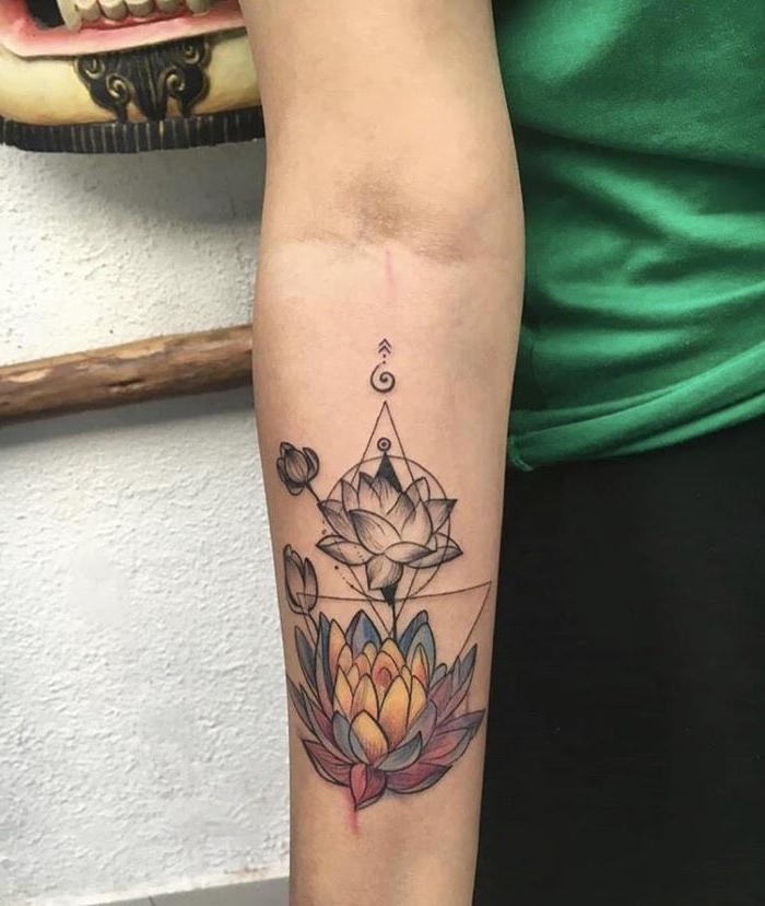 lotusblume tattoo bedeutung, zwei lotusblüten, tätowierung mit blumen als motiv, dreiecke