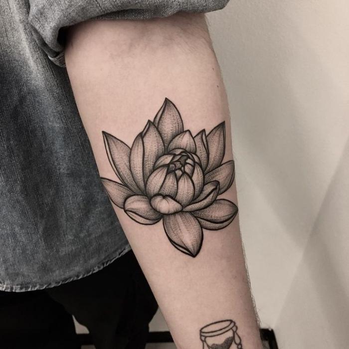 lotusblume tattoo designs und bedeutungen, tätowierung ins chwarz und grau, blume am arm