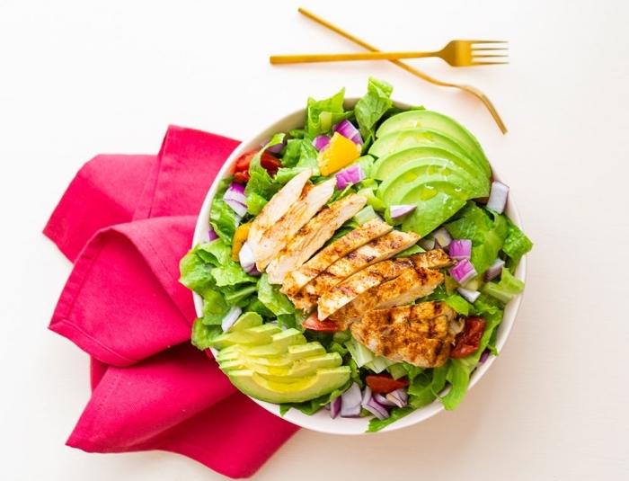 low carb abendessen, kohlenhydratarme ernährung für den abend, gegrillte hühnerbrust mit salat aus avocado und salatblättern