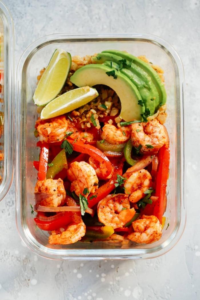 low carb diät rezepte, abendessen ideen, garnelen mit paprikas, avocado und limetten