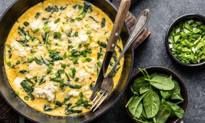 omelette mit ziegengäke und spinat, low carb diät rezepte, abendessen zum abnehmen