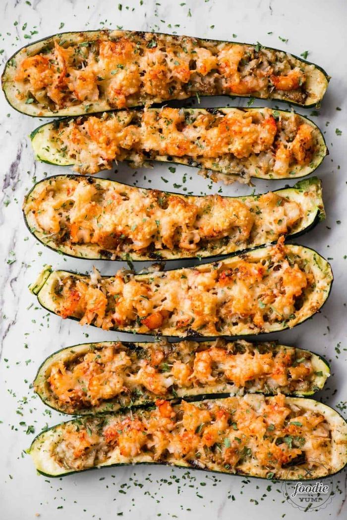 low carb gerichte einfach und schnell, abendessen ideen, gefüllte zucchini mit füllung aus fleisch und gemüsen