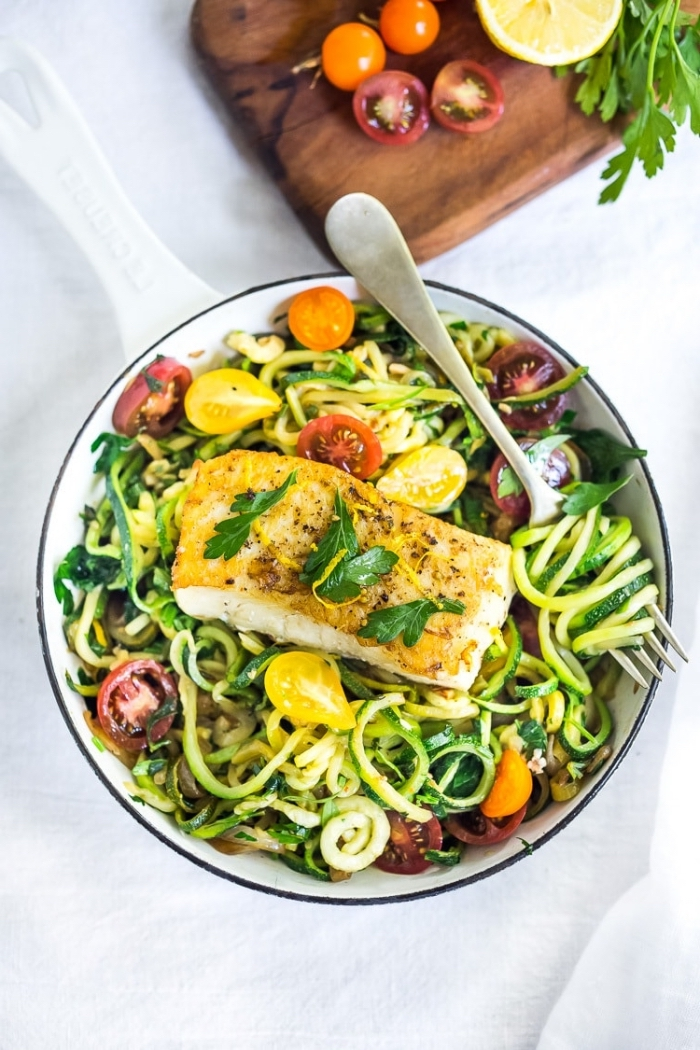 low carb gerichte, weißer fisch mit salat aus zucchini und cherry tomaten, gesund essen, abnehmen