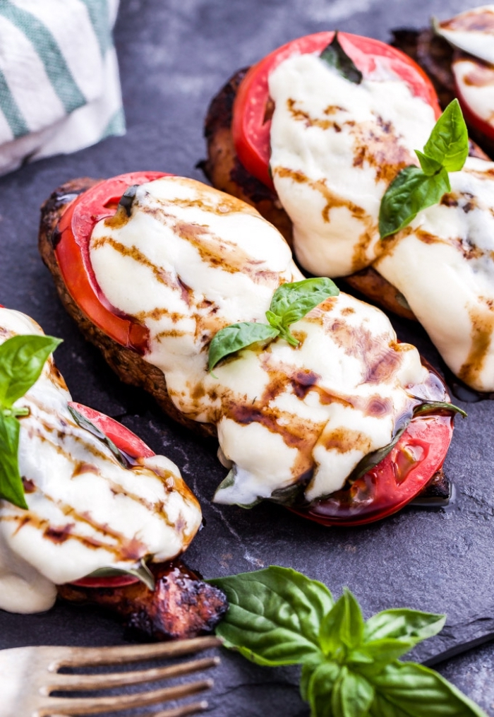 low carb gesichte, rezepte ohne kohlenhydrate, gegrillte hühnerbrust mit tomaten und mozzarella käse
