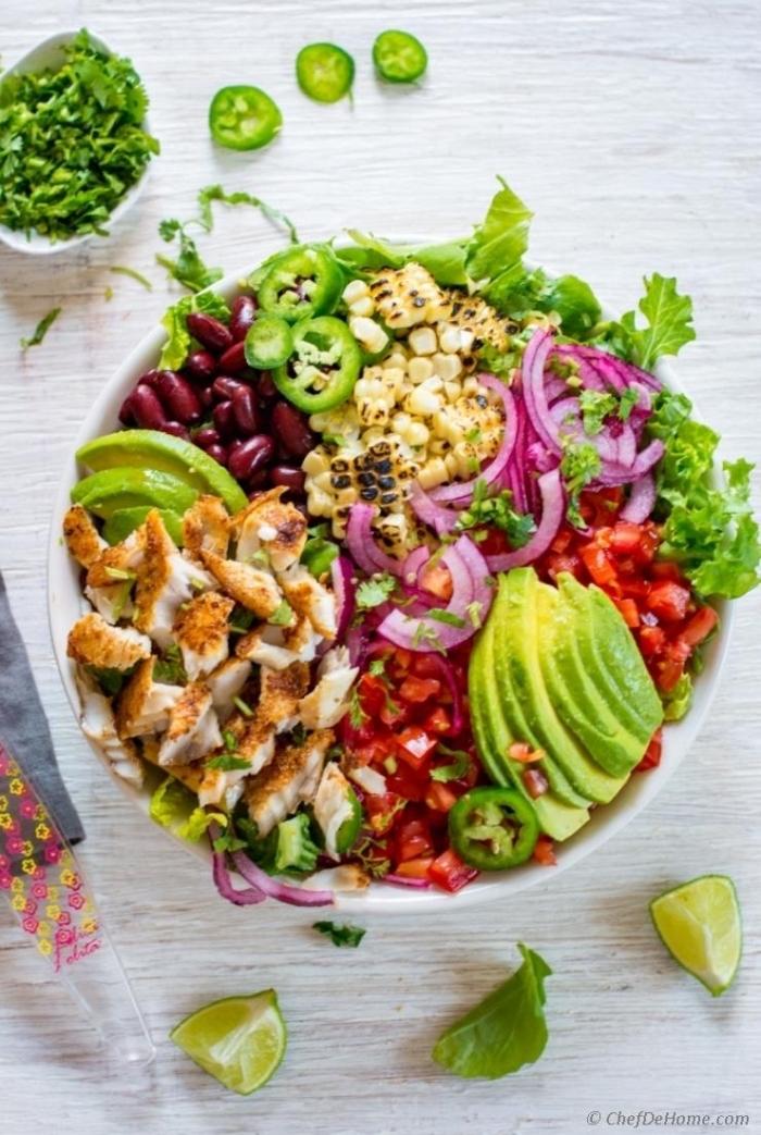 low carb rezepte abend, salat mit hühnerbrust, avocado, cherry tomaten und bohnen, kohlenhydratarm essen