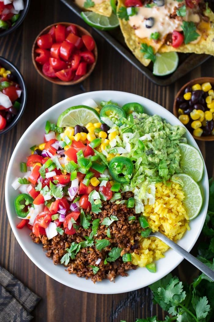 low carb rezepte abend, hackfleisch mit cherry tomaten, reis, mais und grünen salatblättern, gesund abnehmen